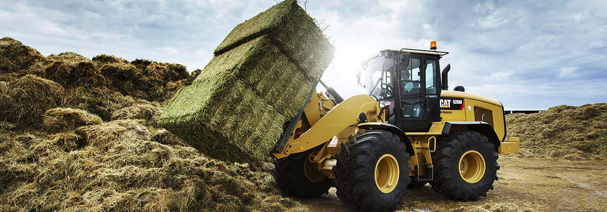 Finning Wheel Loader with hay bale